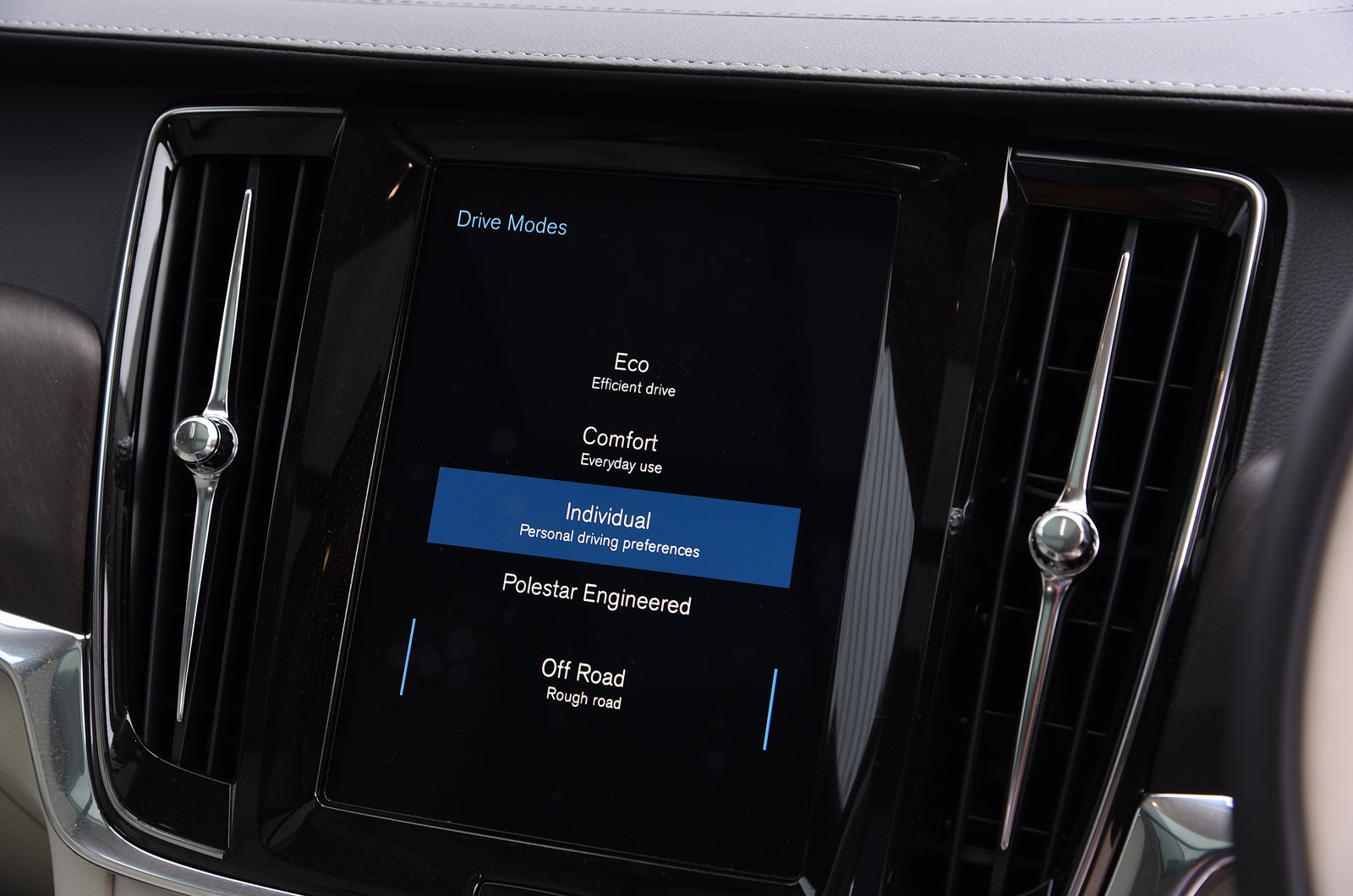 LT Volvo V90 Cross Country driving modes on touchscreen