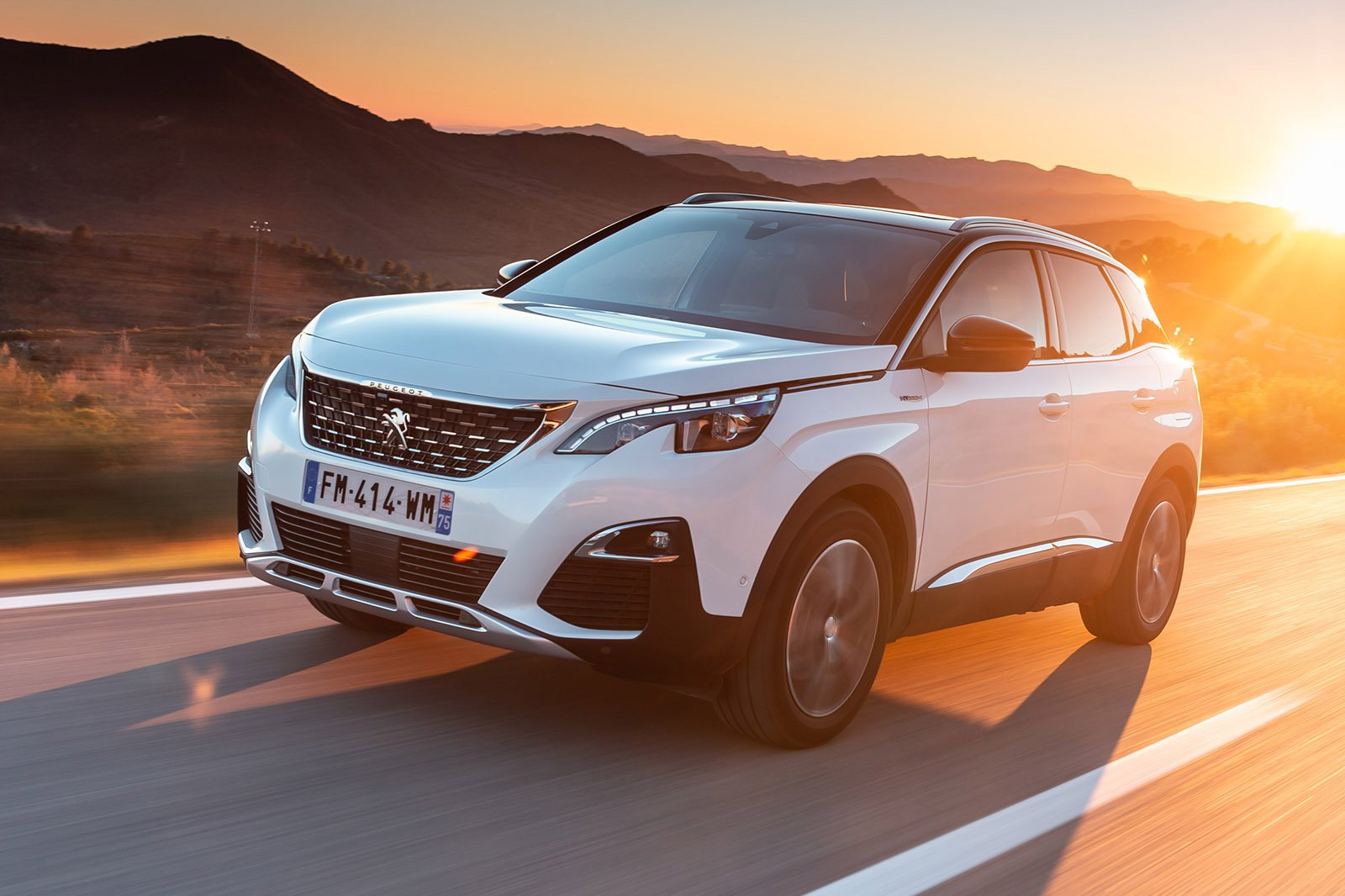 Peugeot 3008 Hybrid 2020 front left tracking shot