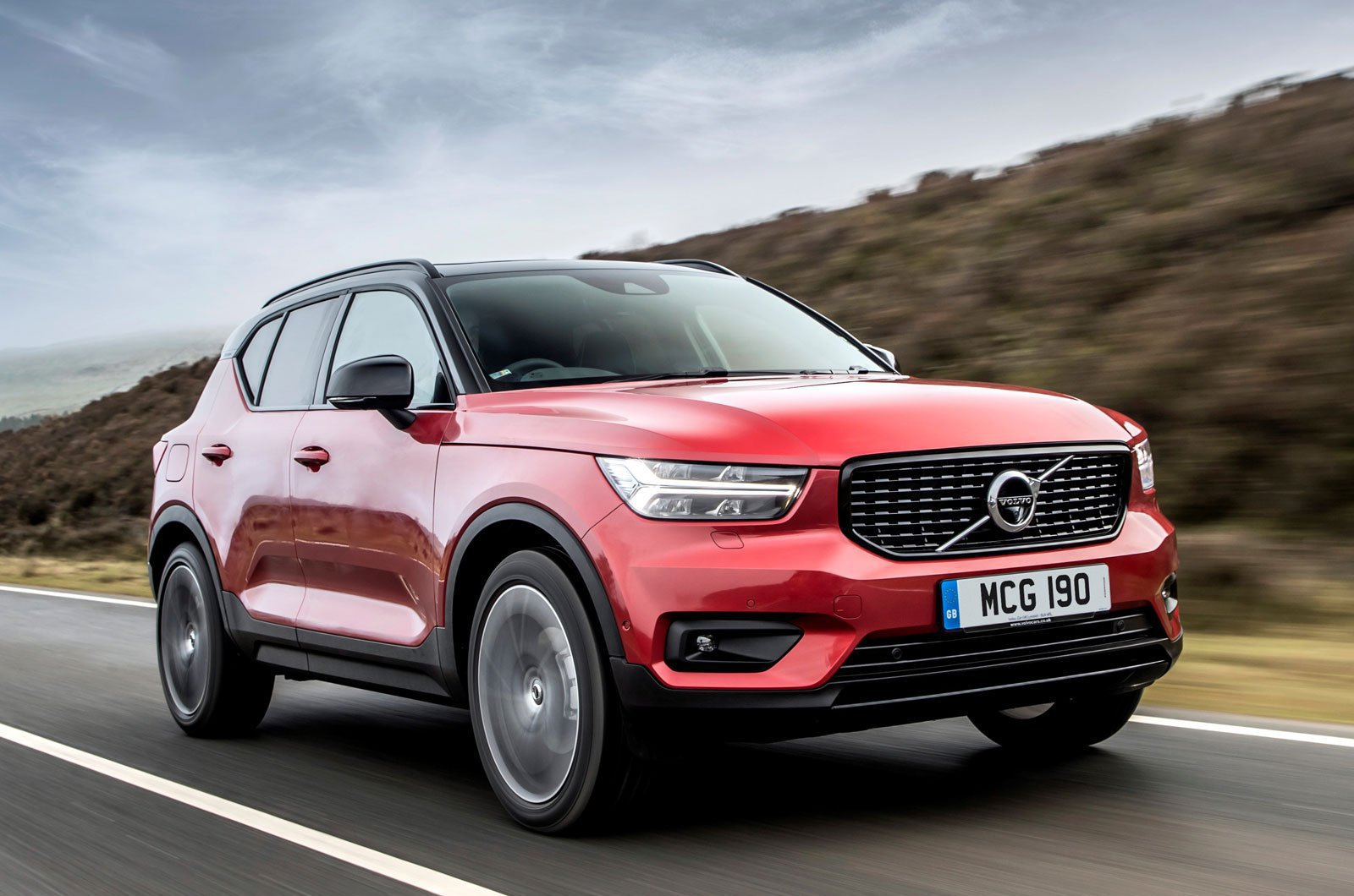 Volvo XC40 D4 R-Design front three quarters