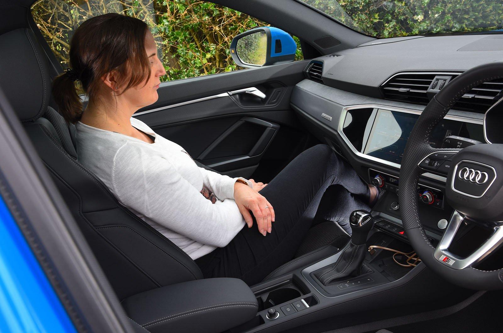 LT Audi Q3 Sportback - woman in the front passenger seat
