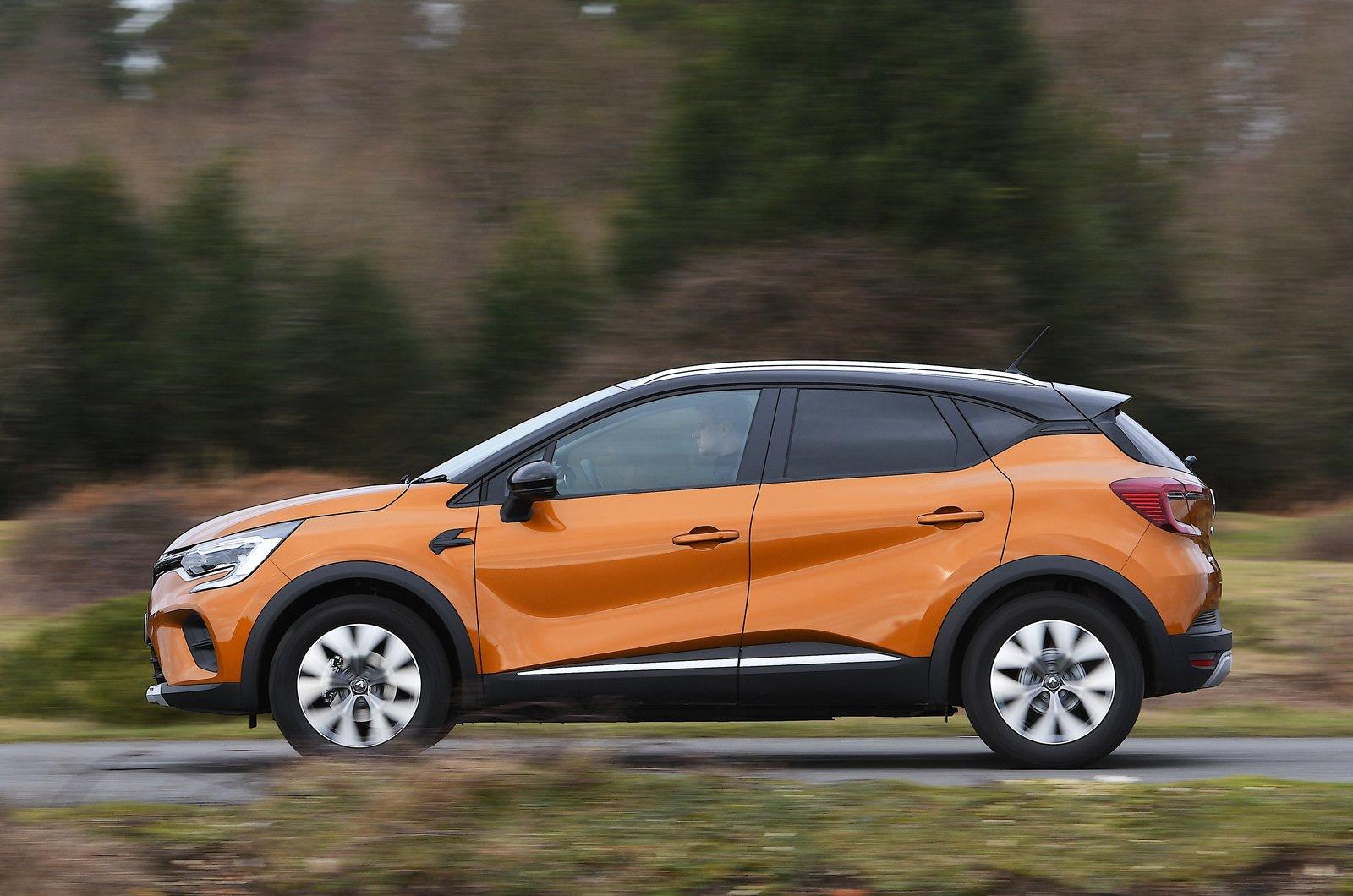 Renault Captur side panning - orange 69-plate car