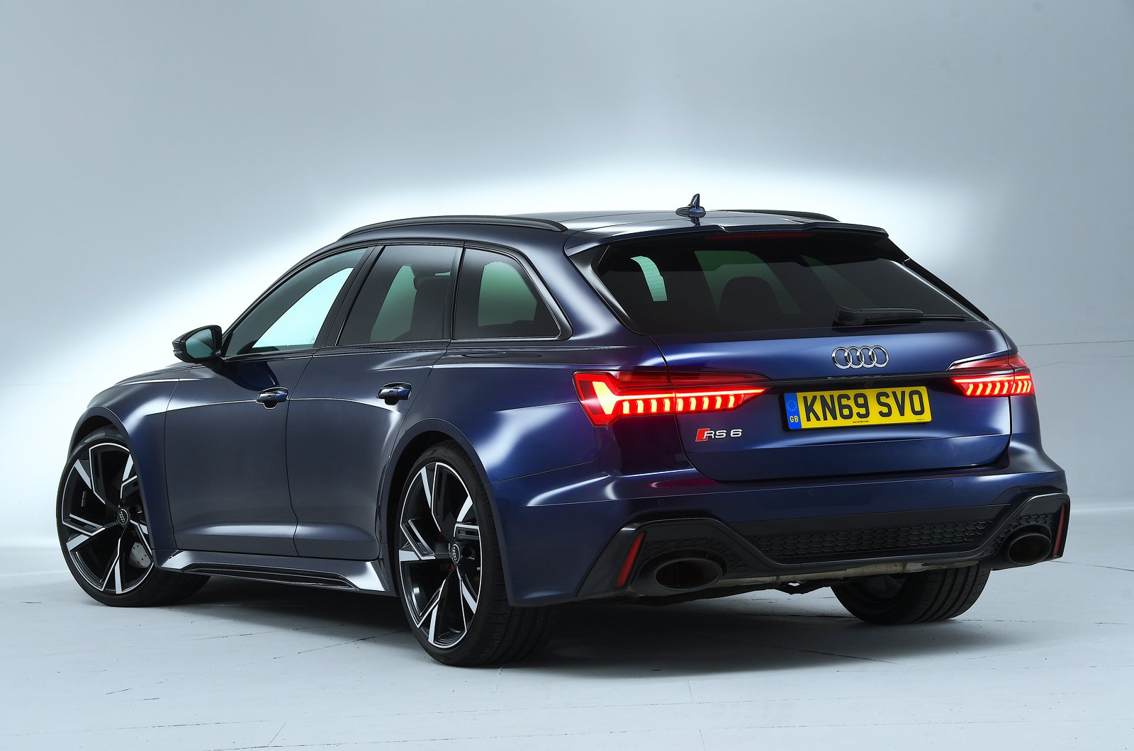 Audi RS6 Avant rear studio