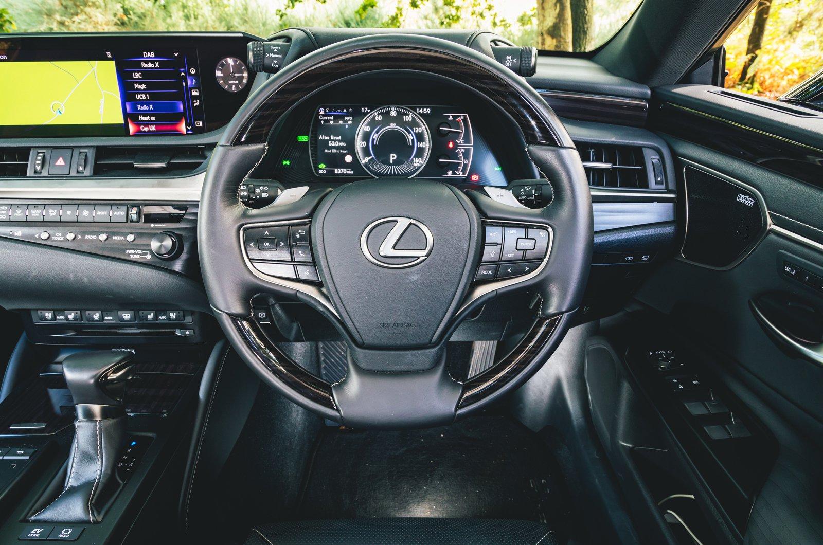 Lexus ES dashboard - 68 plate