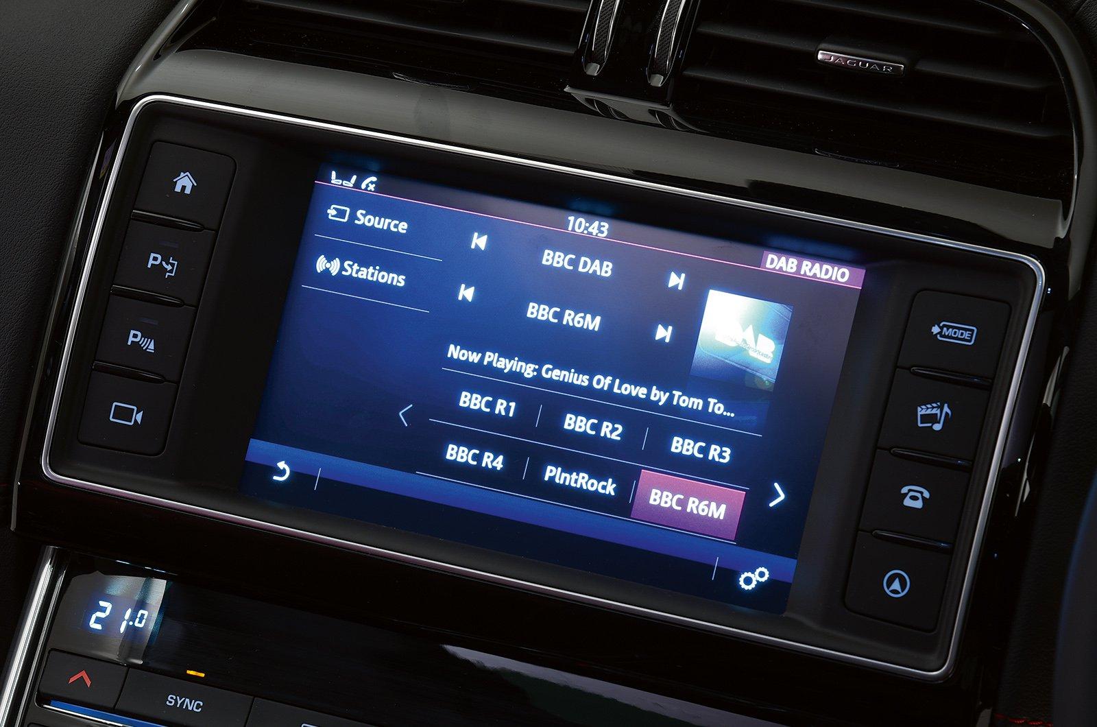 Jaguar XE 15-present infotainment
