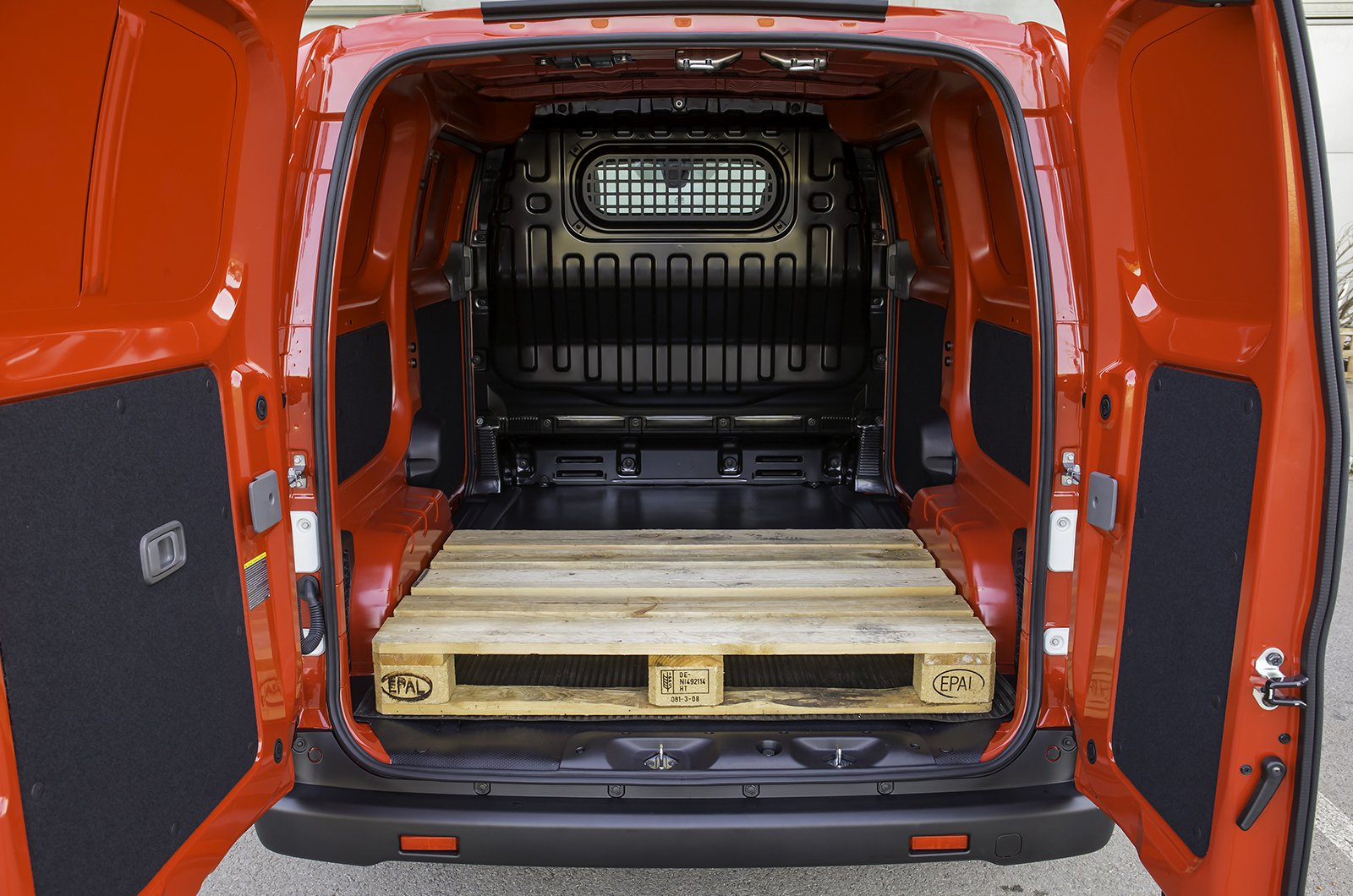 Nissan e-NV200 load space
