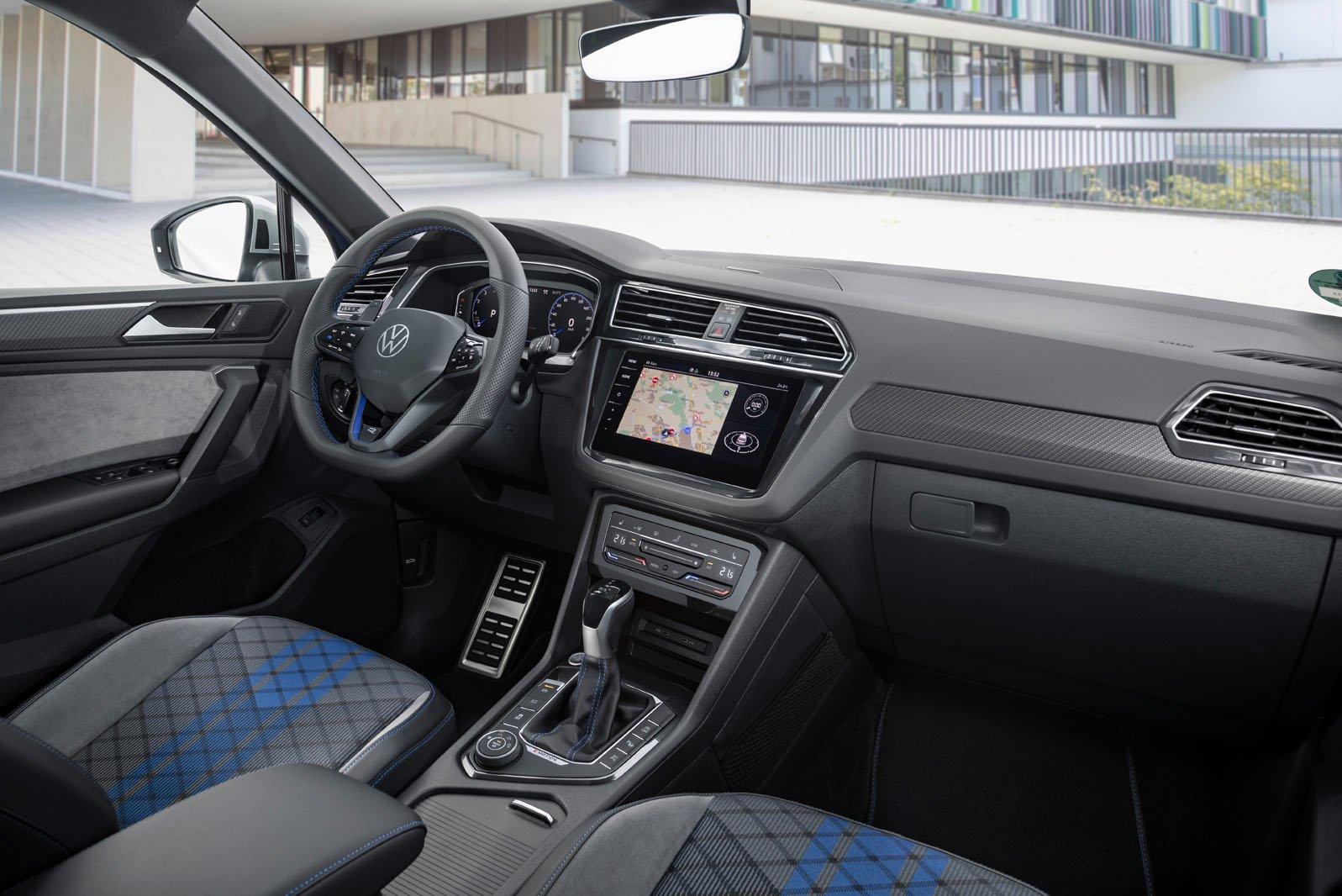 Volkswagen Tiguan R 2020 front seats