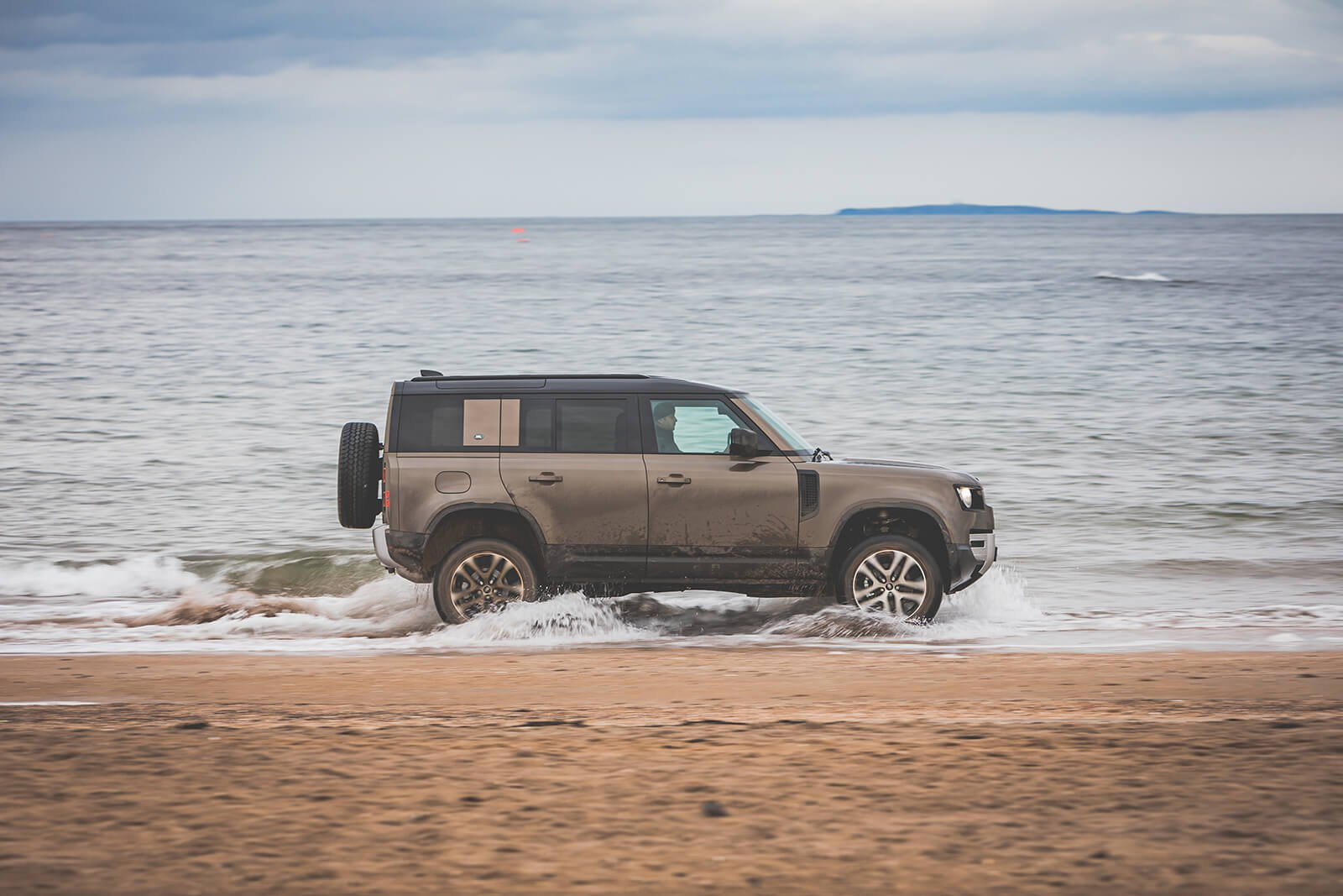 Land Rover Defender 2021 Right tracking on beach