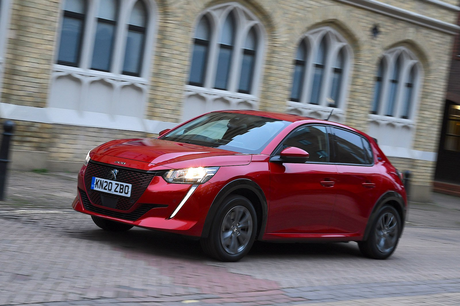 Peugeot e-208 2021 front tracking