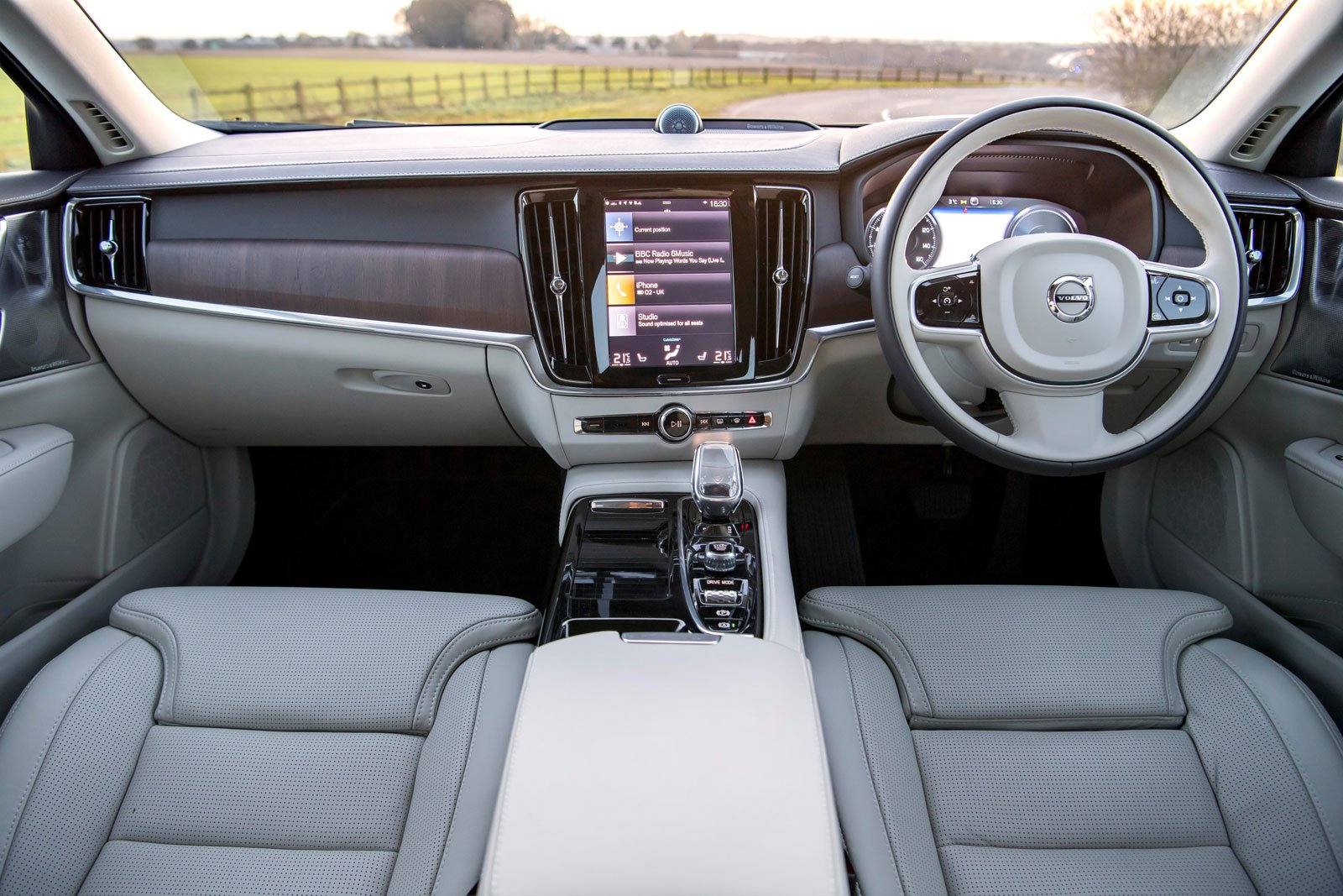 Volvo S90 2021 dashboard