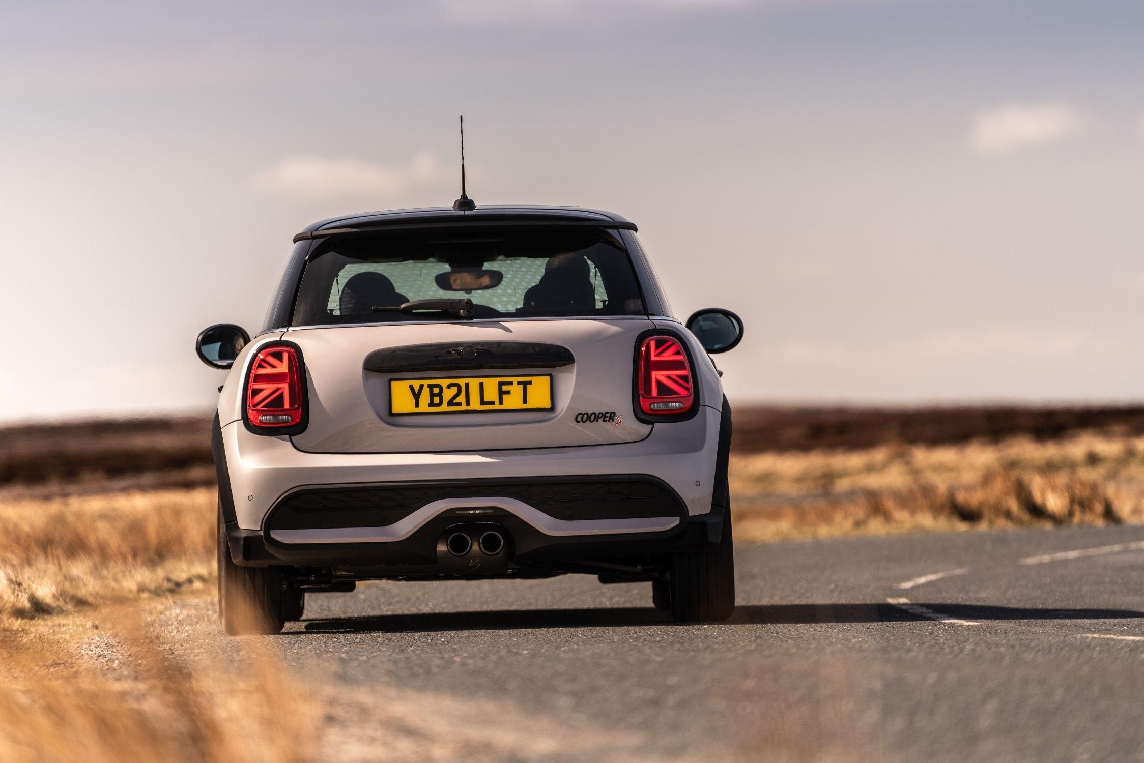 Mini 3-door hatchback 2021 rear cornering