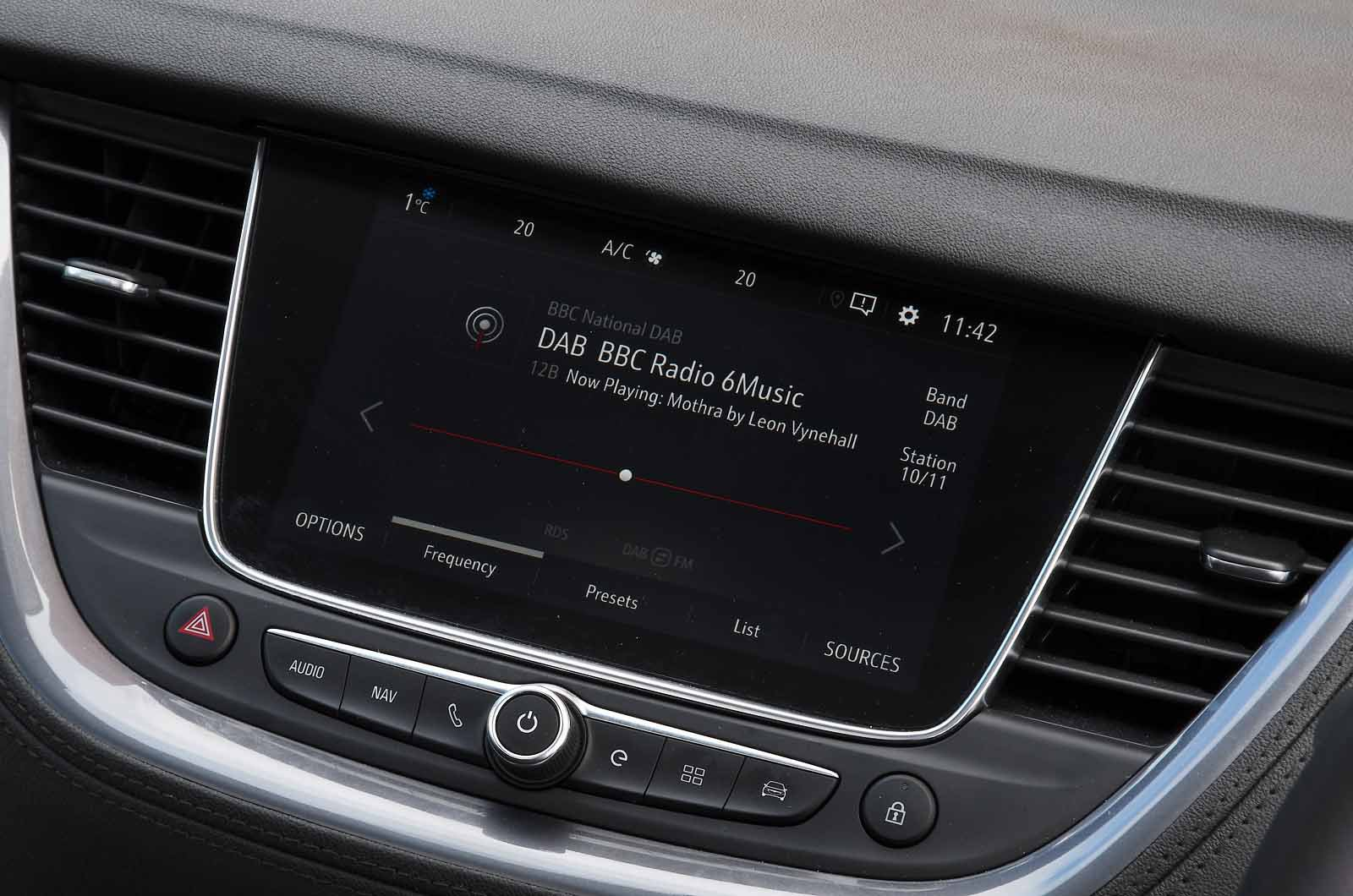 Vauxhall Grandland X Hybrid 2021 touchscreen