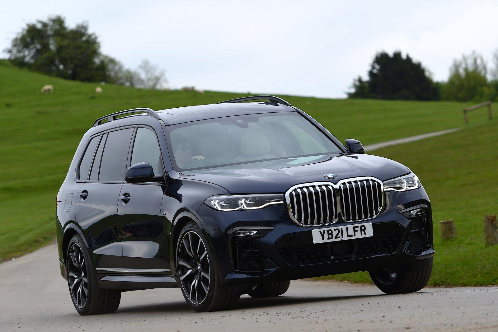 BMW X7 2021 front cornering