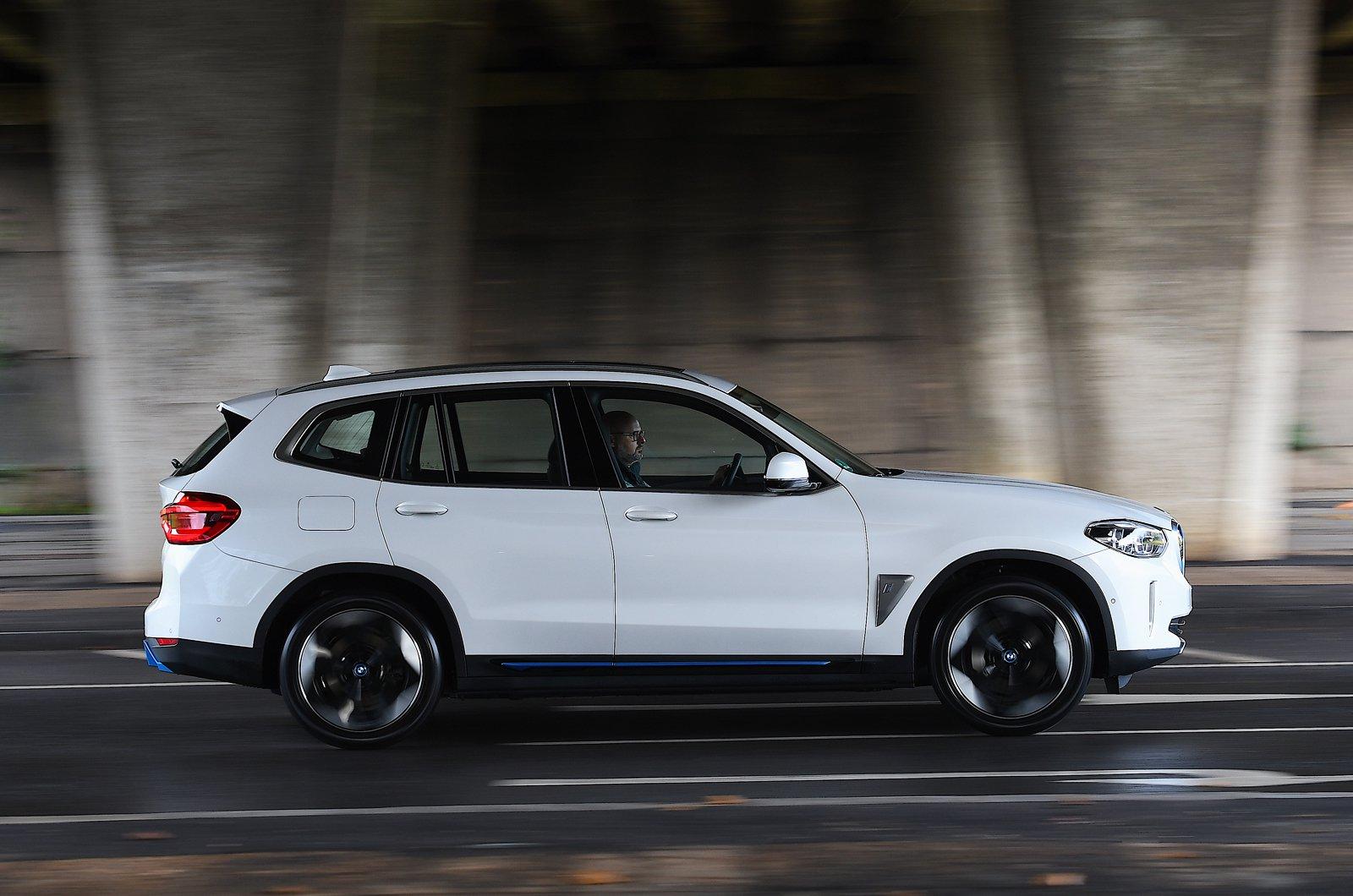 BMW iX3 2021 side