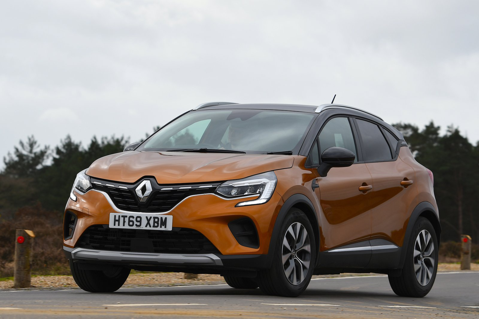 Renault Captur 2021 front left cornering