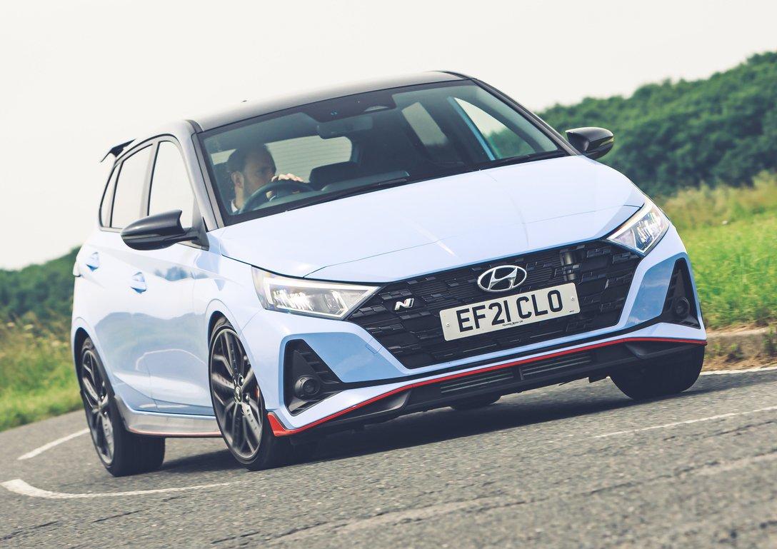 Hyundai i20N 2021 em curva dianteira
