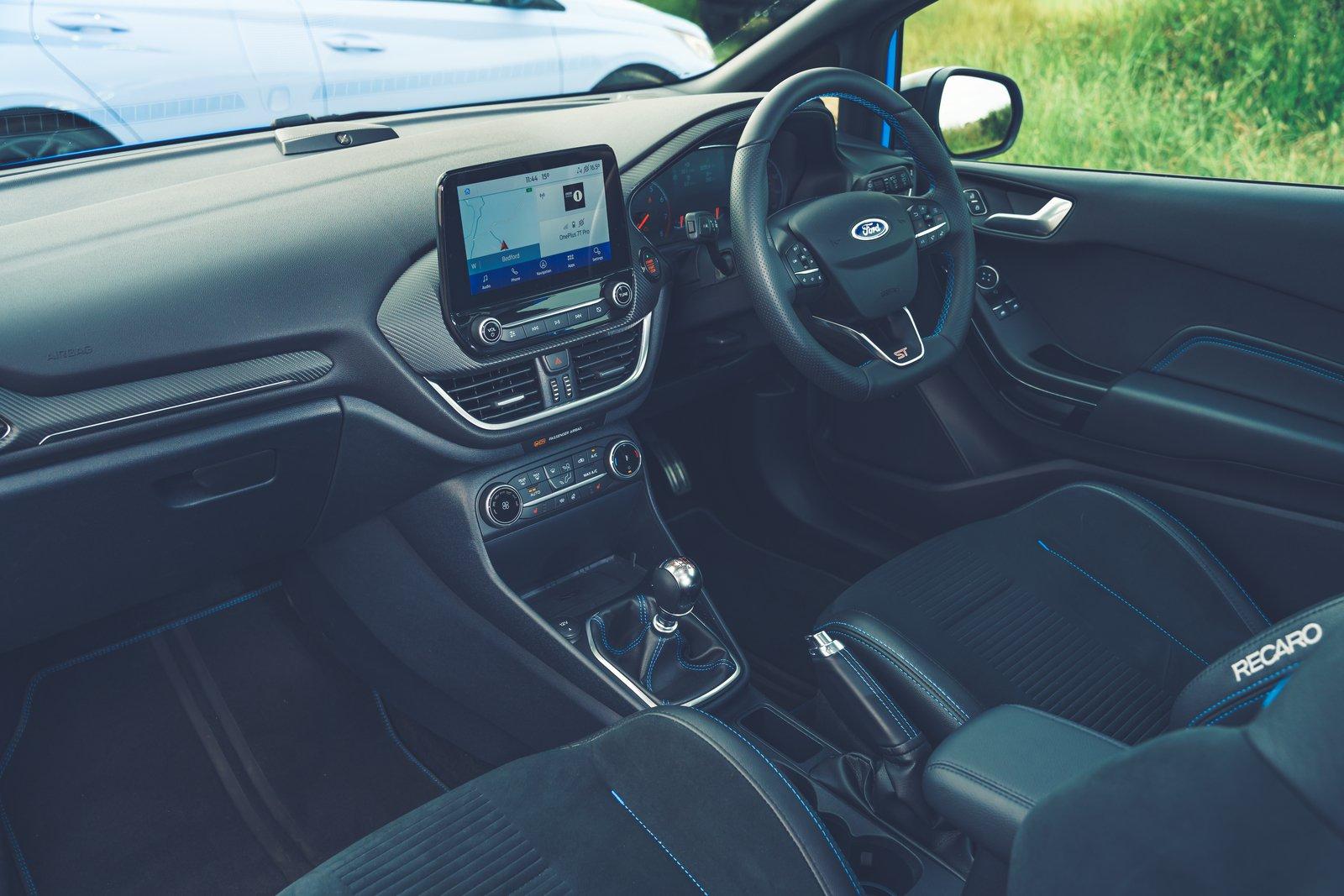 Bancos dianteiros internos do Ford Fiesta ST 2021