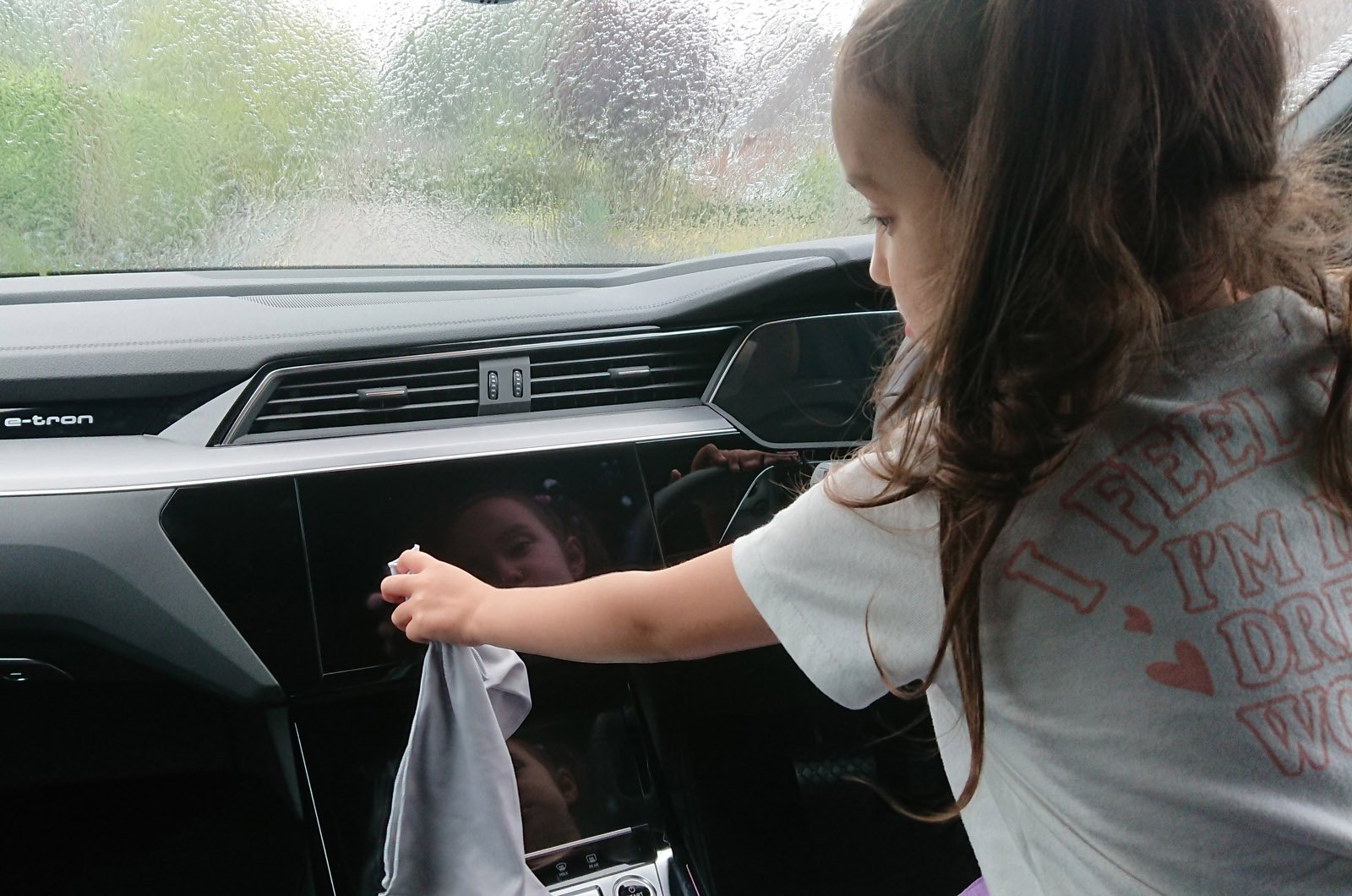 LT Audi E-tron Sportback - cleaning touchscreen