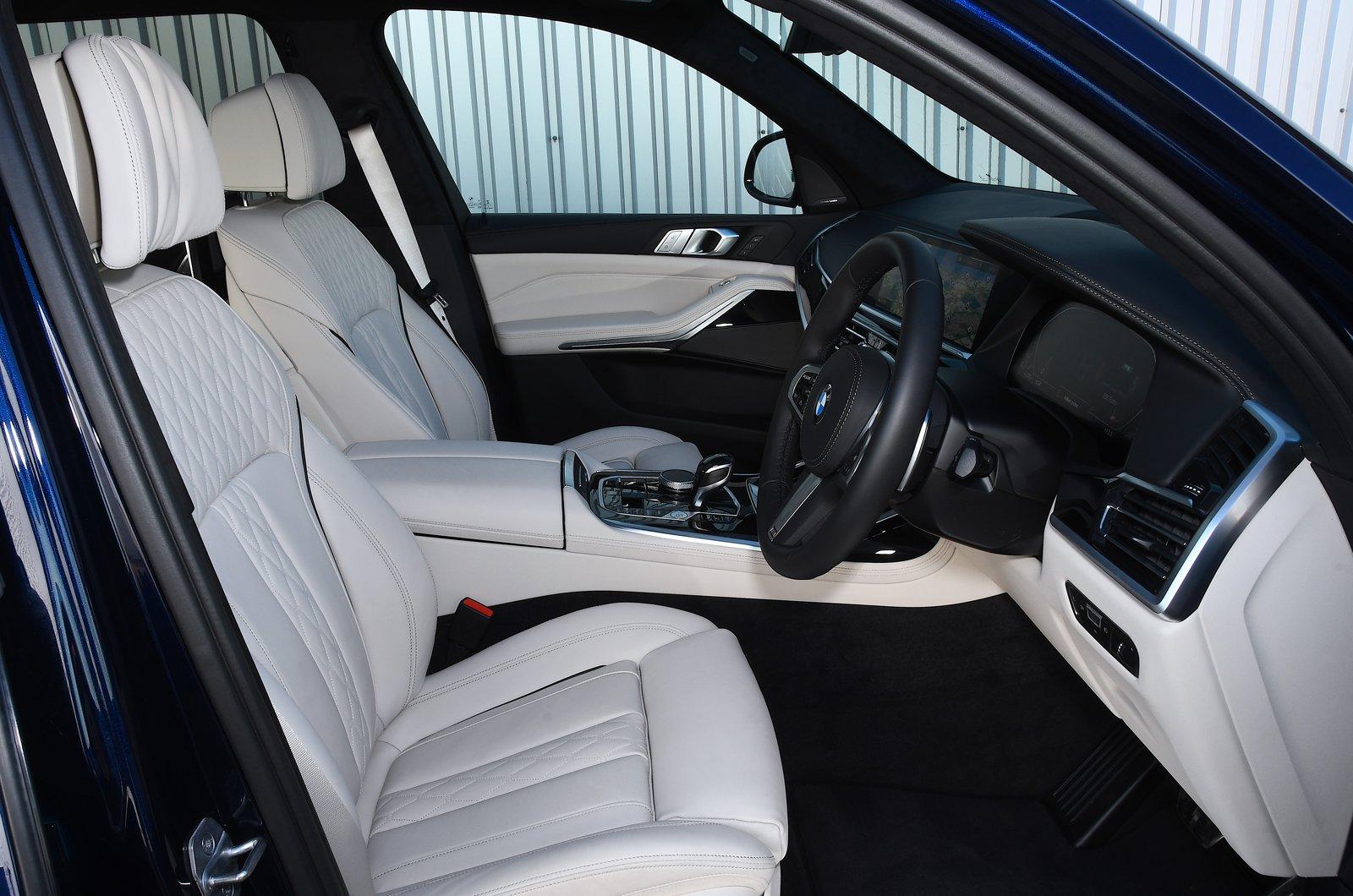 BMW X7 2021 front seats