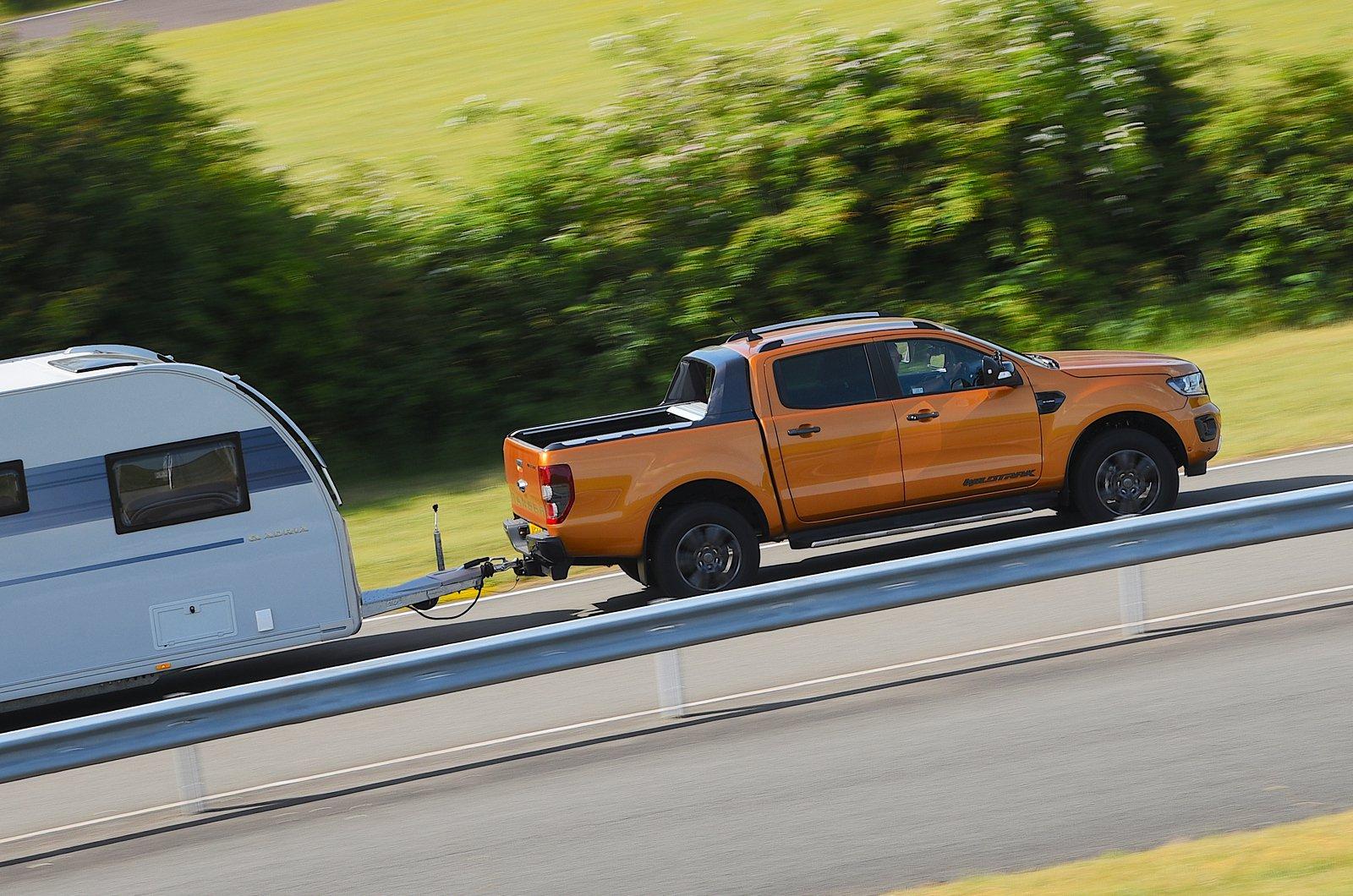 Ford Ranger rebocando uma caravana - lado