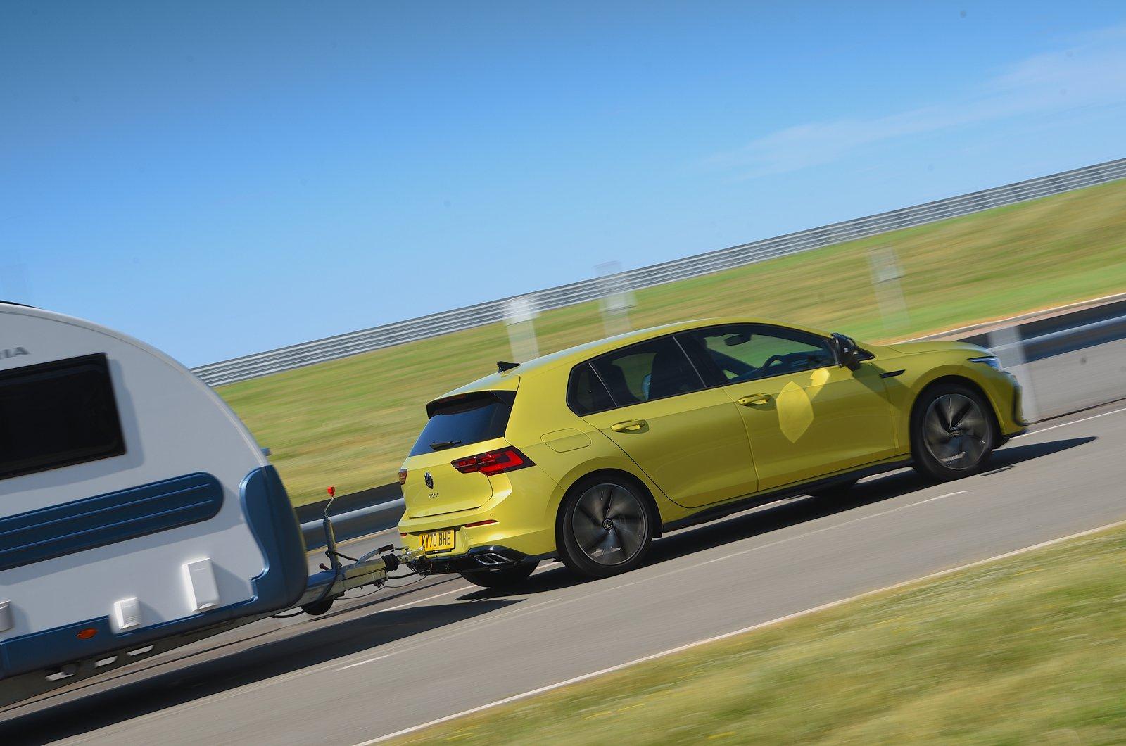 Volkswagen Golf rebocando uma caravana - traseira