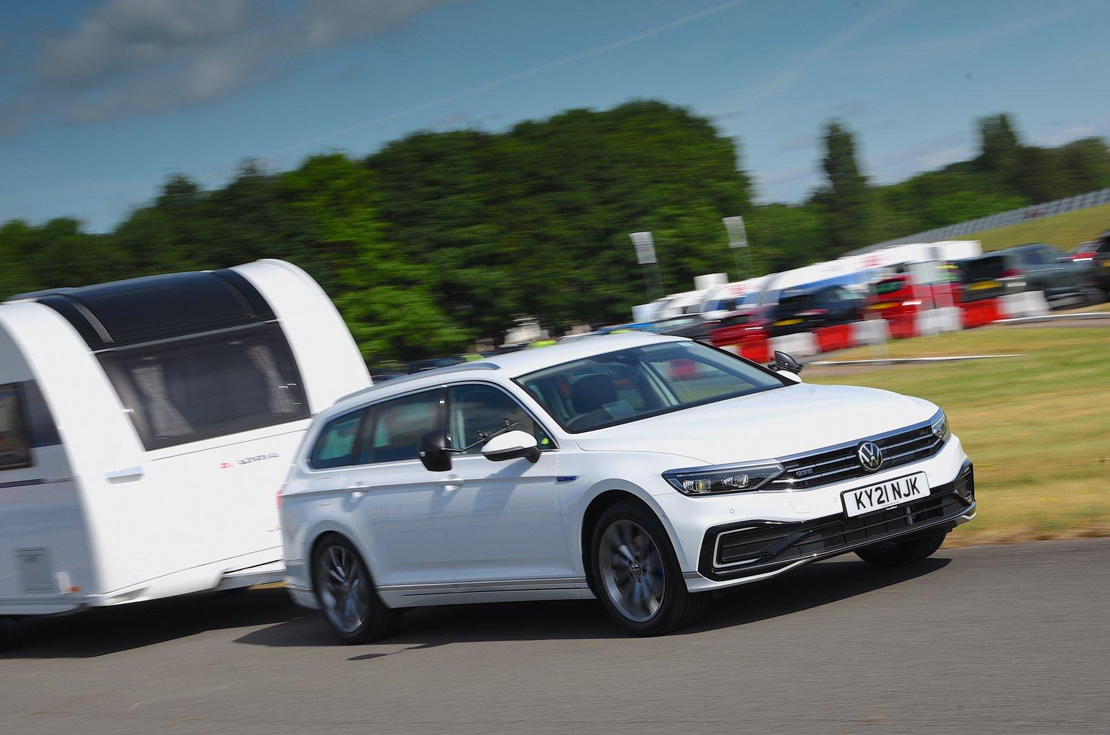 Volkswagen Passat Estate rebocando uma caravana - frente