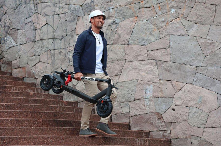Onu taşıyan kişi ile e-scooter