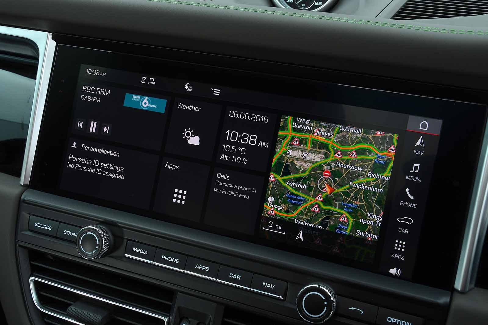 2019 Porsche RHD Macan infotainment