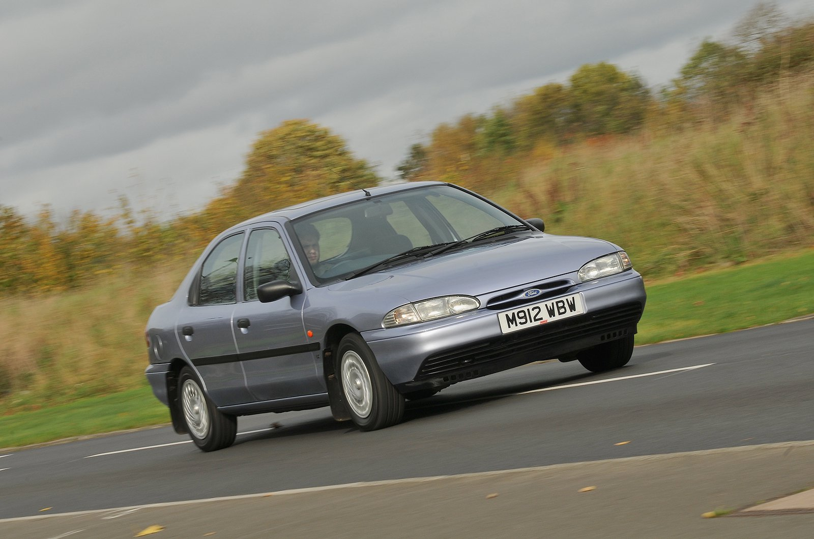 Ford Mondeo 1.8 GLX front three quarters