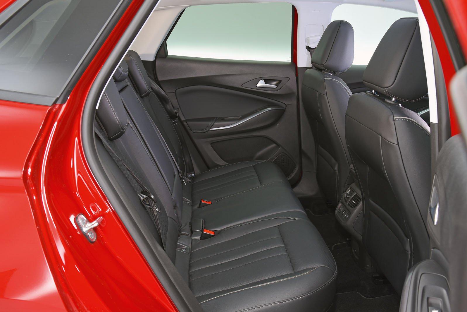 Vauxhall Grandland X 2019 rear seats