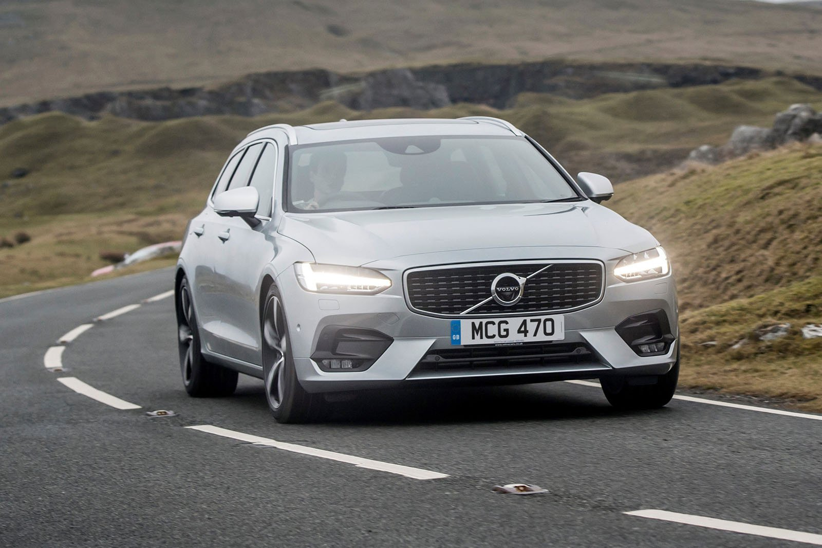 Volvo V90 2018 RHD cornering right