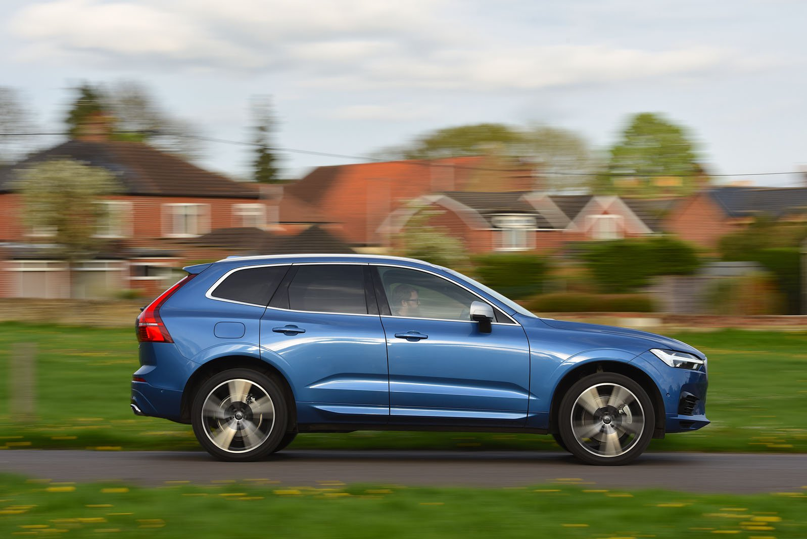 Volvo XC60 2017 side view